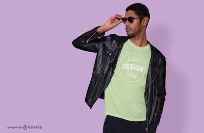 Maquete de t-shirt modelo masculino de máscaras frescas