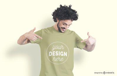 Hombre apuntando maqueta de camiseta