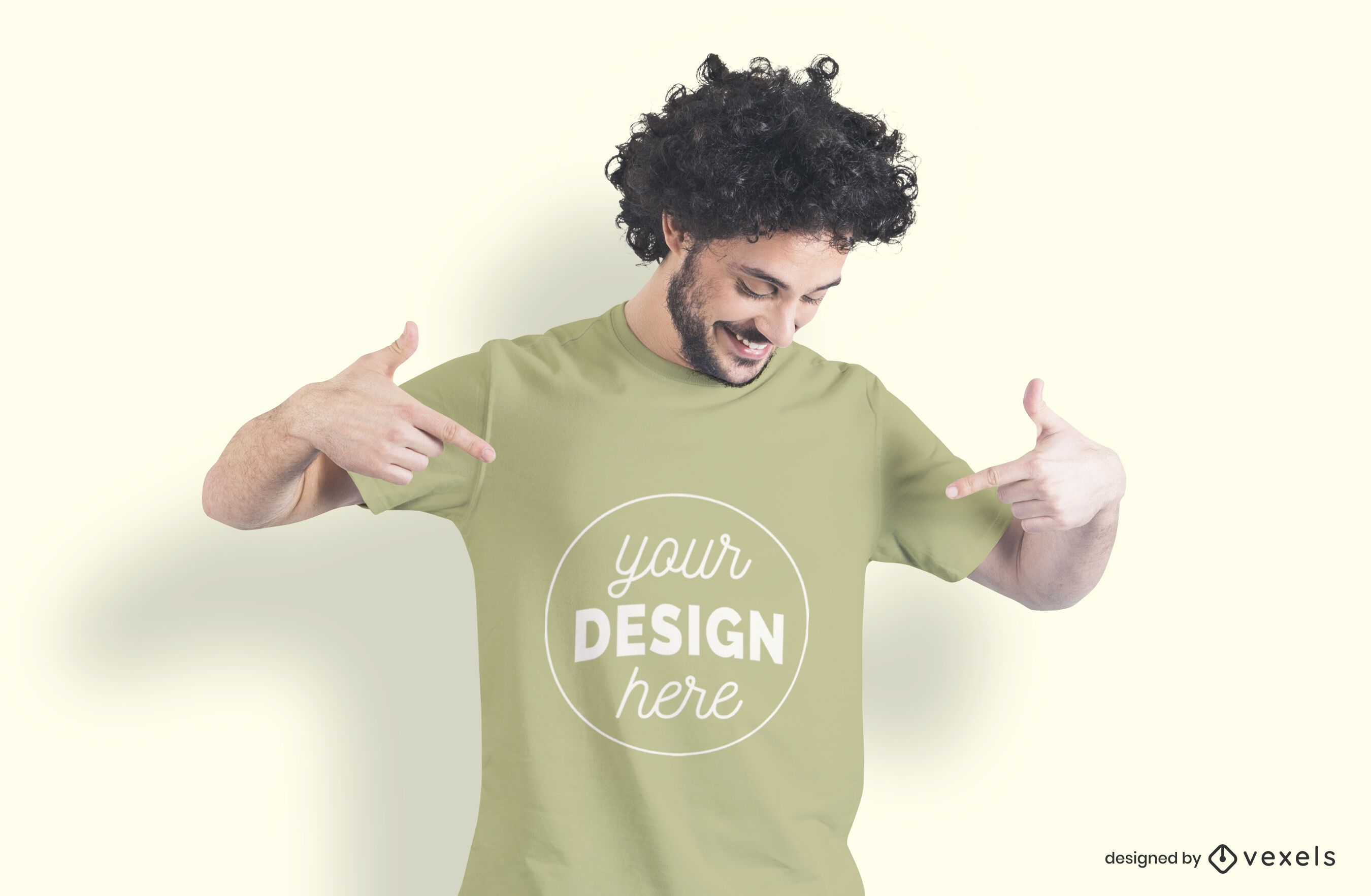 Homem apontando maquete de camiseta