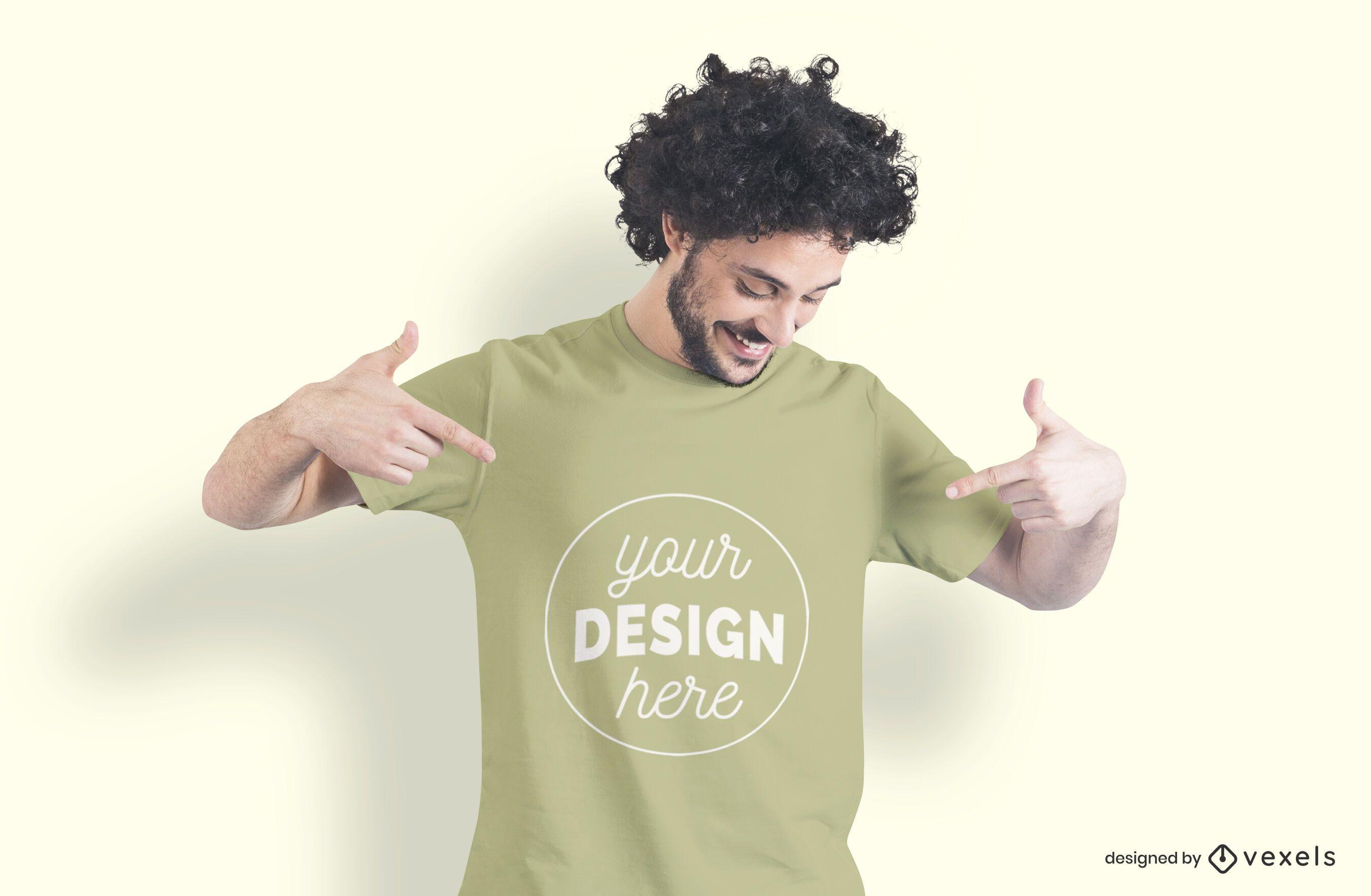 Mann der T-Shirt Modell zeigt