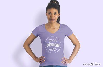 Modelo feminino com as mãos na maquete da camiseta