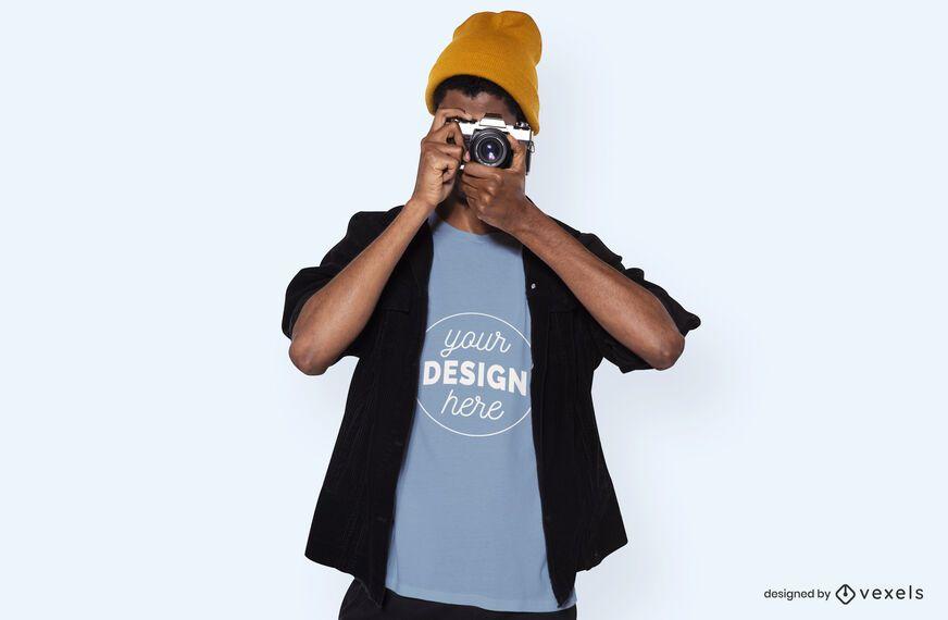 Modelo con maqueta de camiseta de cámara.