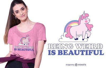 Siendo un extraño diseño de camiseta de unicornio.