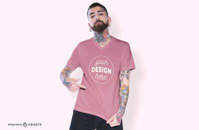 Homem apontando o design da maquete da camiseta