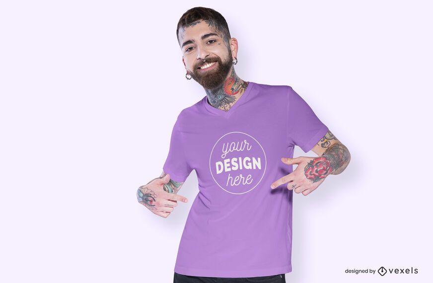 Modelo de design de maquete de t-shirt apontando