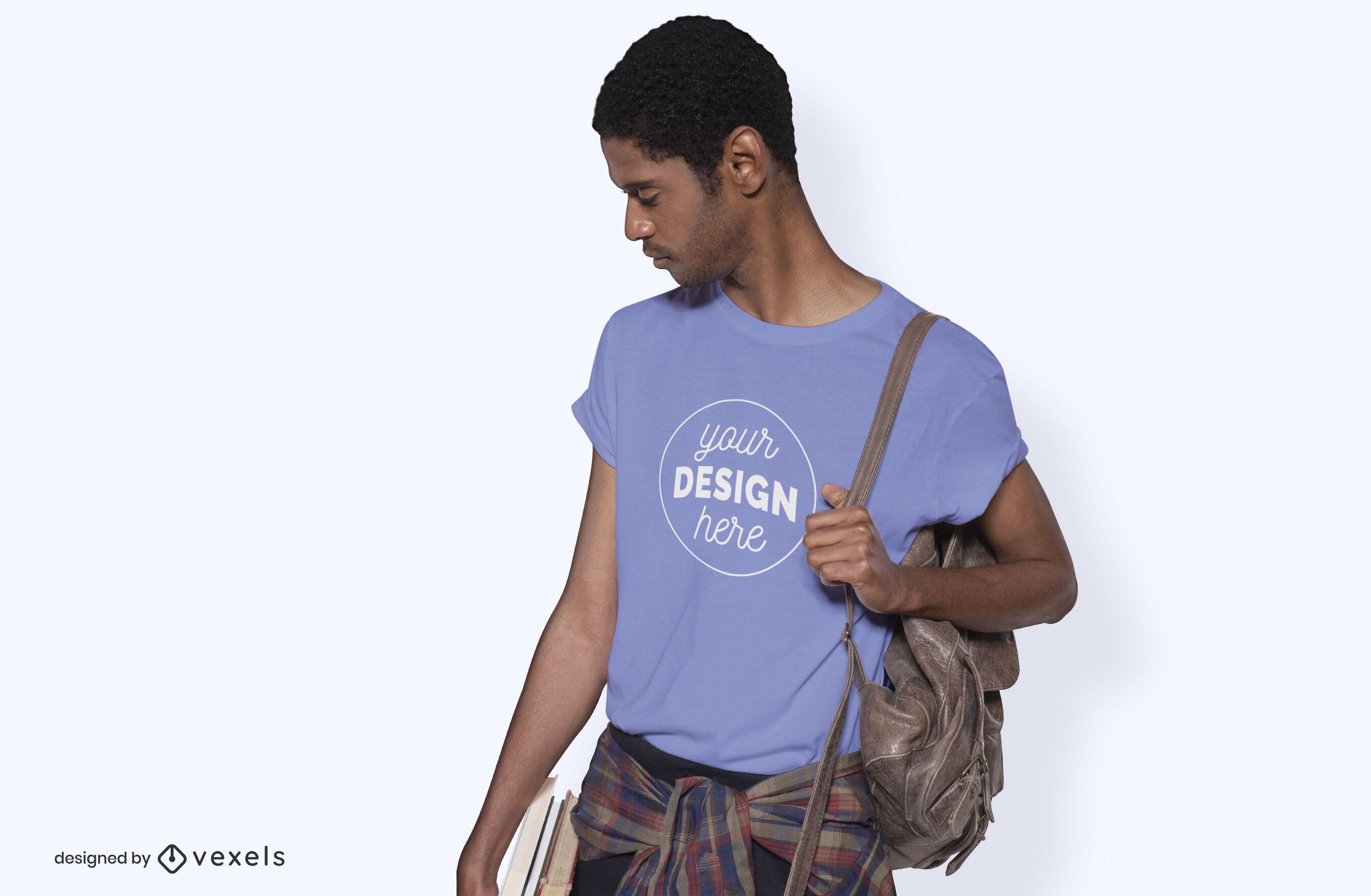 Modelo con maqueta de camiseta de bolso