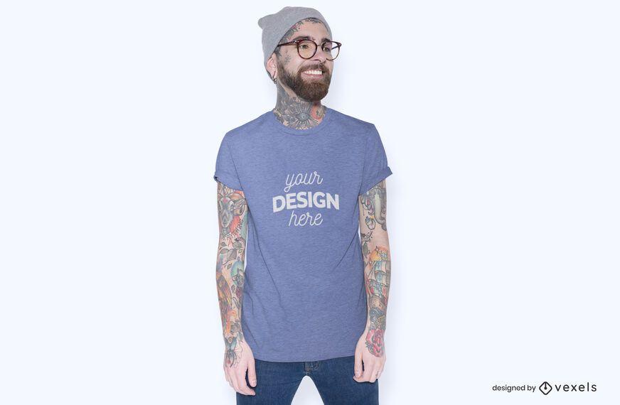 Modelo con maqueta de camiseta de gafas