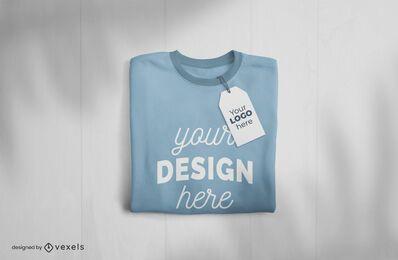 Diseño de maqueta de camiseta y etiqueta doblada