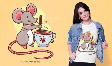 Diseño de camiseta de ratón revolviendo té