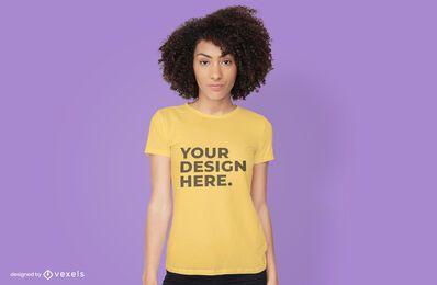 Modelo feminino de t-shirt com design de psd