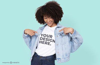 Modelo con diseño de maqueta de camiseta de chaqueta de jean