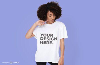 Frau, die T-Shirt Modellentwurf trägt