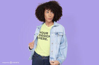 Mujer con diseño de maqueta de camiseta de chaqueta de jean