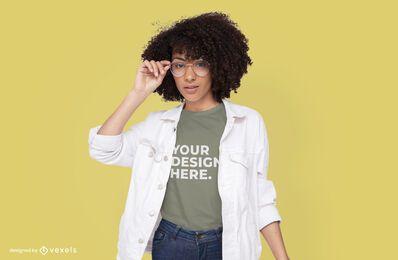 Modelo con diseño de maqueta de camiseta de chaqueta blanca