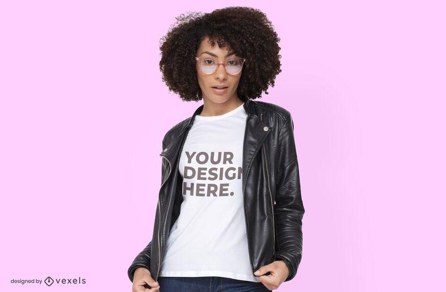 Modelo con diseño de maqueta de camiseta de chaqueta de cuero