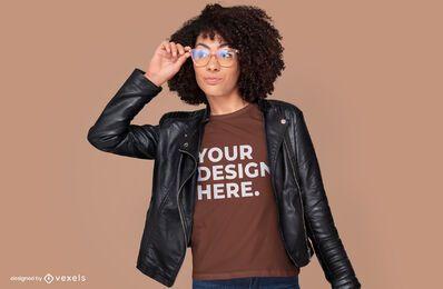 Modelo feminino com design de maquete de t-shirt de óculos