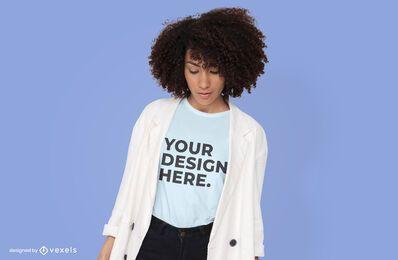 Modelo con diseño de maqueta de camiseta de rebeca