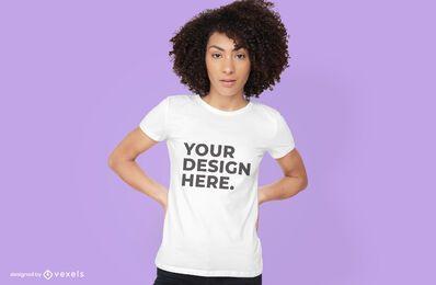 Mulher com maquete de camiseta