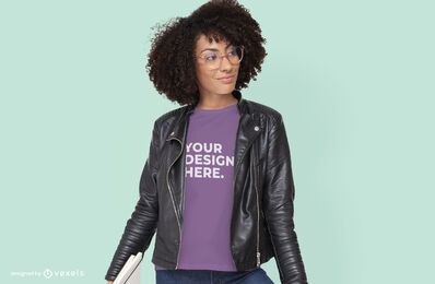 Mujer con diseño de maqueta de camiseta de gafas