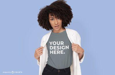 Modelo con maqueta de camiseta blazer