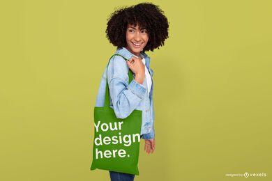 Chica sosteniendo maqueta de bolso de mano