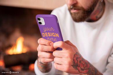 Homem segurando maquete da capa do telefone