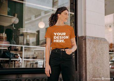 Diseño de maqueta de camiseta de modelo de cafetería.