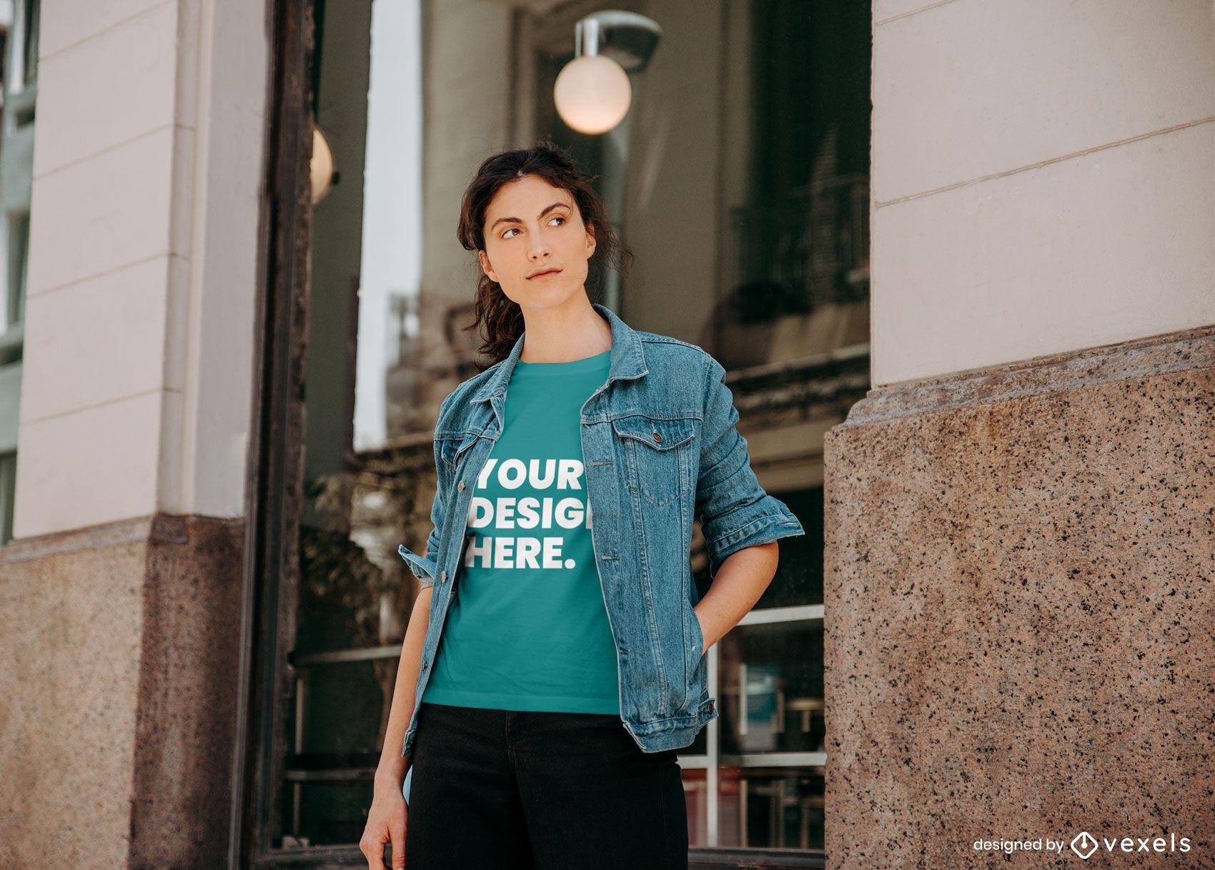 Mujer fuera de maqueta de camiseta