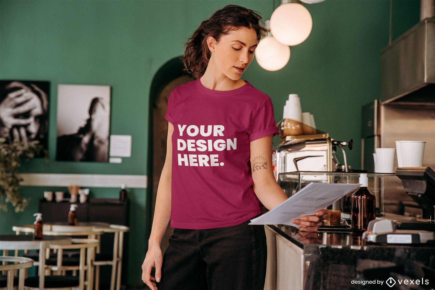 Mulher lendo maquete de camiseta