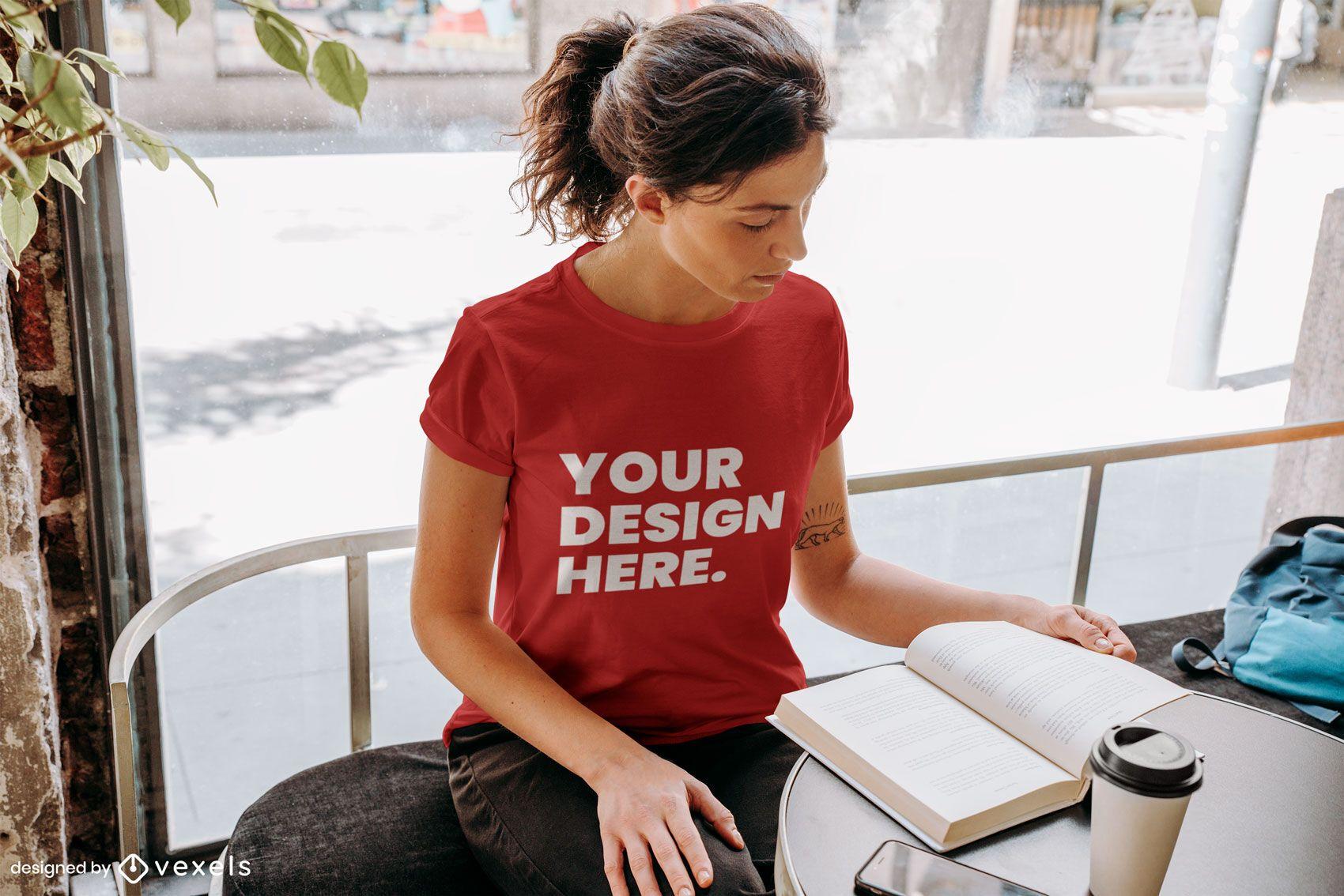 Diseño de maqueta de camiseta de mujer leyendo