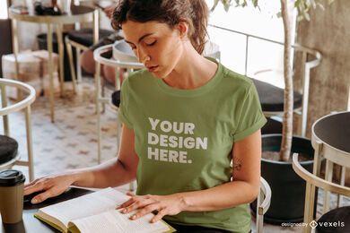 Modelo de café lendo maquete de camiseta