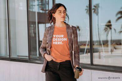 Modell mit Blazer-T-Shirt-Modell