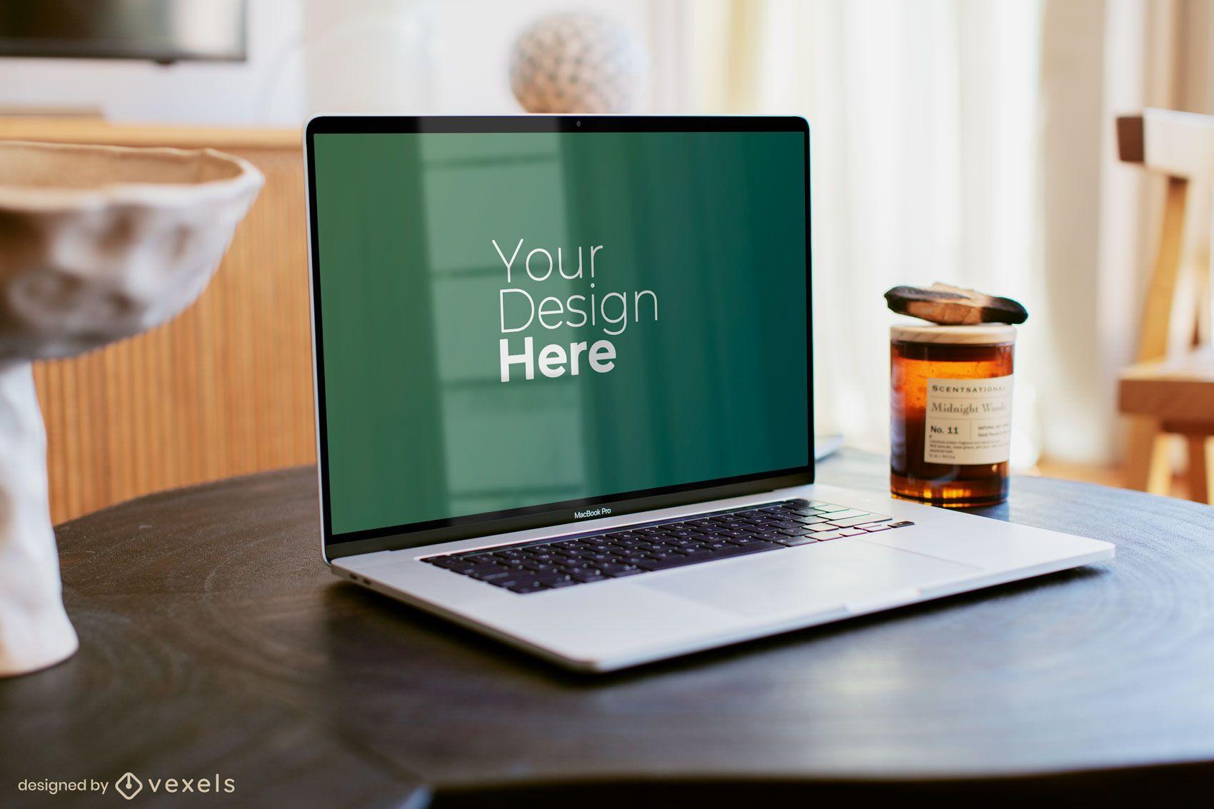 Silber Macbook Laptop auf Holztisch Modell
