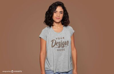 Modelo de camiseta sorridente