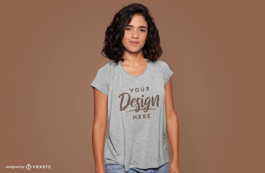 Maqueta de camiseta modelo sonriente