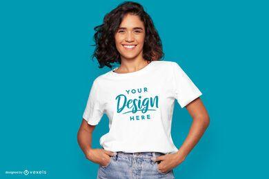 Maquete da camiseta modelo com as mãos nos bolsos