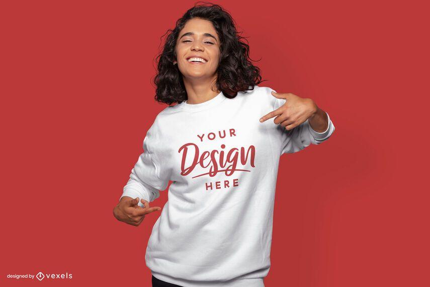Modell zeigt auf Sweatshirt-Modell