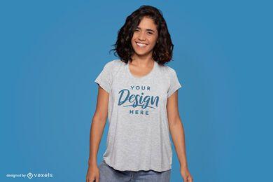 Maqueta de camiseta modelo de pie feliz