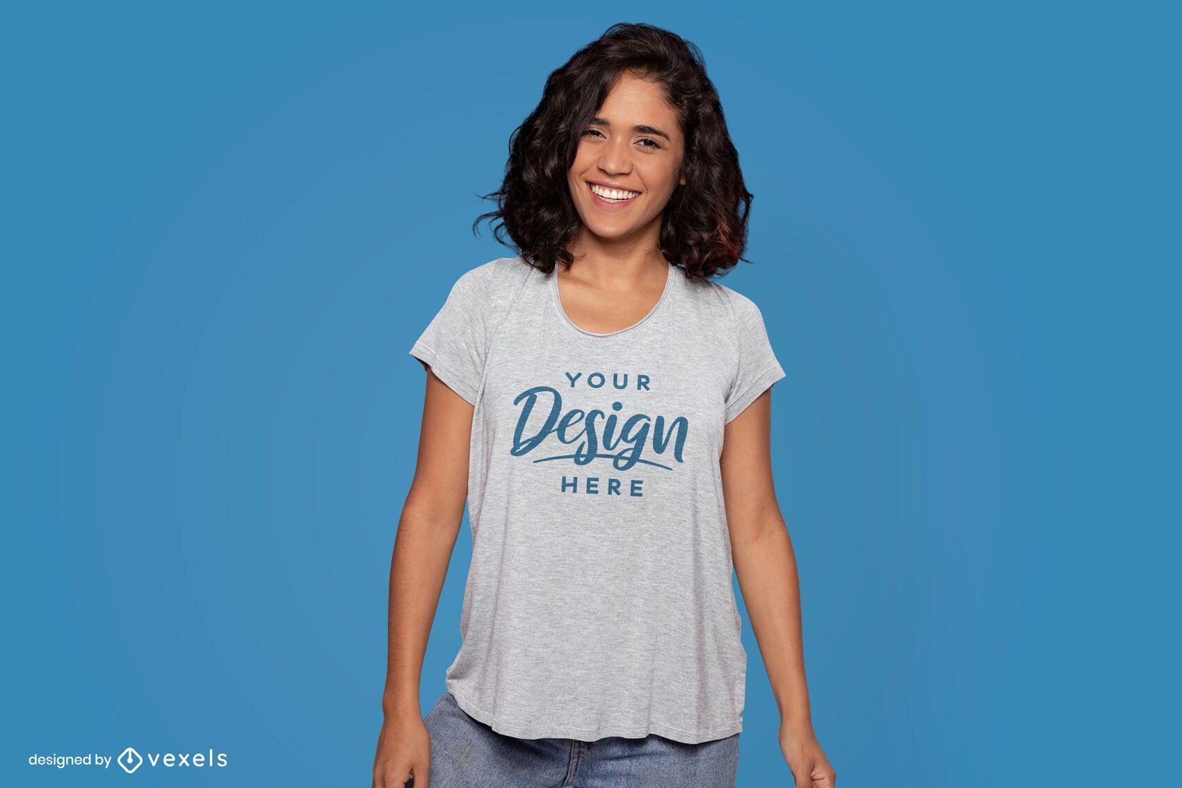 Modelo de camiseta feliz em pé