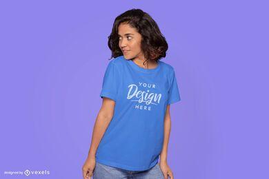 Mulher olhando para o lado da maquete da camiseta