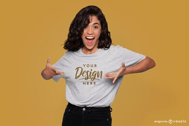 Maqueta de camiseta modelo emocionada