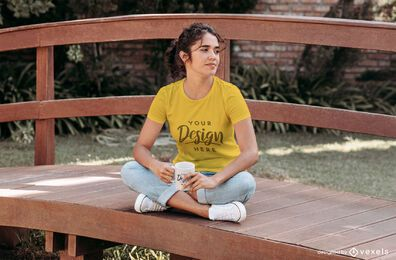 Menina bebendo café na maquete da camiseta da ponte