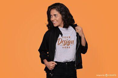 Modelo con maqueta de camiseta de chaqueta negra