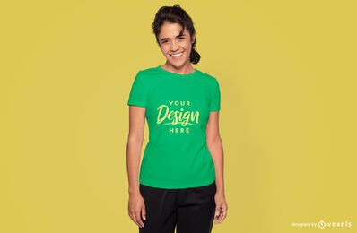 Modelo feminino sorridente maquete de camiseta