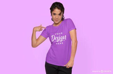 Mulher apontando maquete de camiseta