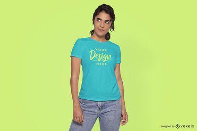Modelo procurando maquete de camiseta