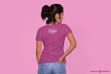 Mulher com a mão no bolso traseiro de uma maquete de camiseta