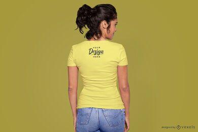 Modelo por trás da maquete da camiseta