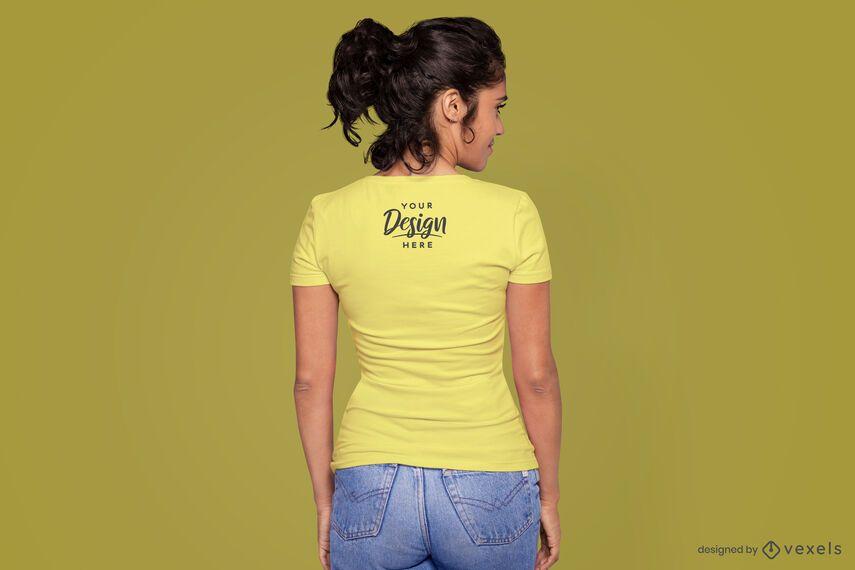 Modelo de detrás de la maqueta de la camiseta.