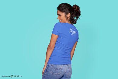 Mujer mirando maqueta de camiseta lateral